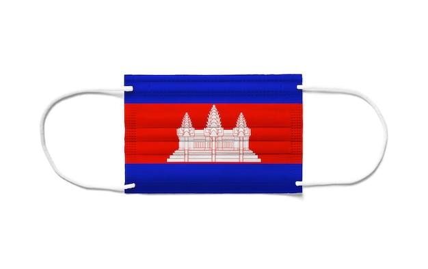 Bandiera della cambogia su una maschera chirurgica monouso. superficie bianca isolata