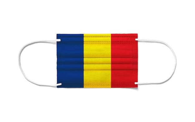 Bandiera del ciad su una maschera chirurgica monouso. superficie bianca isolata