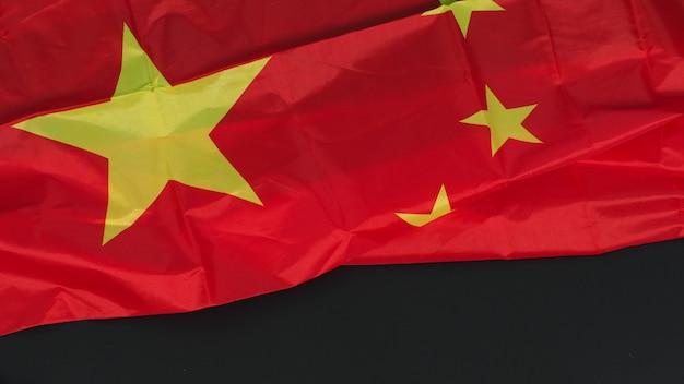 Bandiera della cina isolata su sfondo nero.