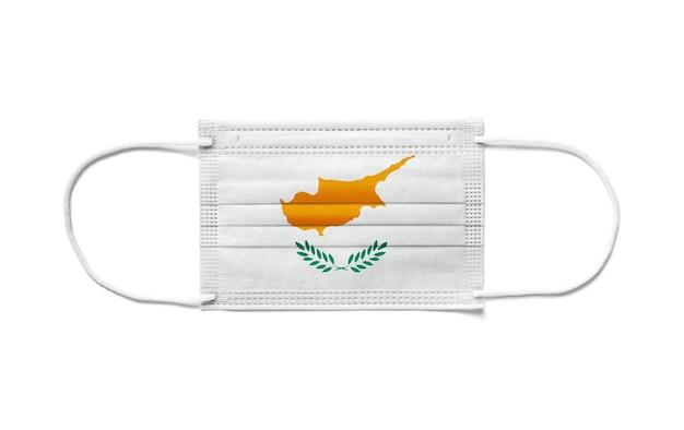 Bandiera di cipro su una maschera chirurgica monouso. superficie bianca isolata