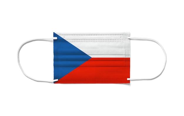 Bandiera della repubblica ceca su una maschera chirurgica monouso. superficie bianca isolata