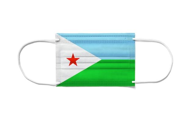 Bandiera di gibuti su una maschera chirurgica monouso. superficie bianca isolata
