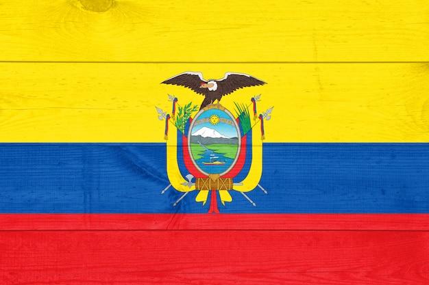 Bandiera dell'ecuador su una tavola di legno