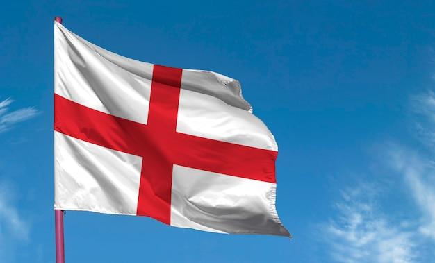 Bandiera dell'inghilterra contro il cielo blu