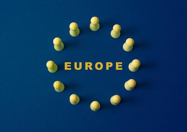 Bandiera d'europa figure in legno
