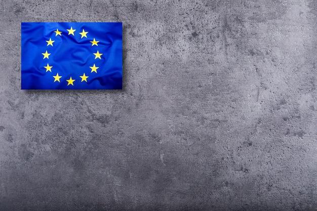 Bandiera dell'unione europea su sfondo concreto.