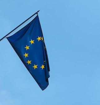 Bandiera dell'unione europea (ue) nel cielo blu
