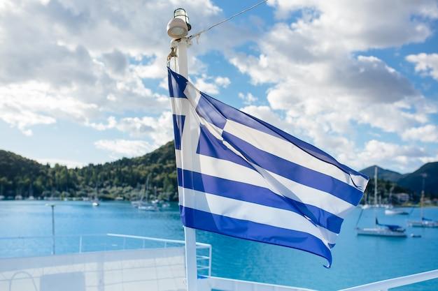 La bandiera della grecia sullo sfondo della giornata di sole