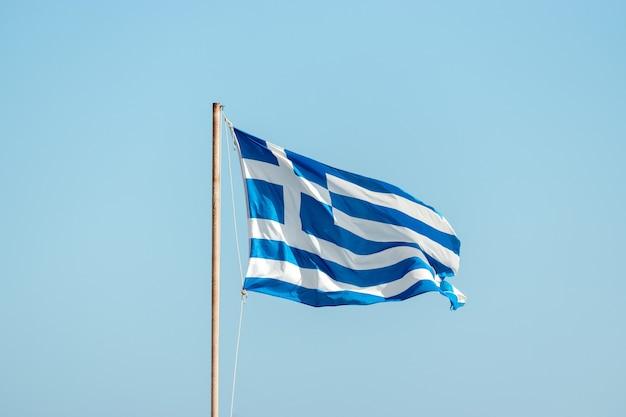 Bandiera della grecia sul pennone contro il cielo blu