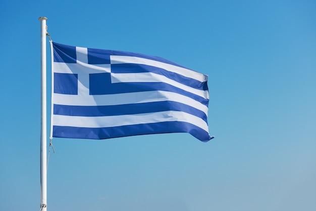 Bandiera della grecia - sventola la bandiera greca contro il cielo blu con spazio per il tuo testo