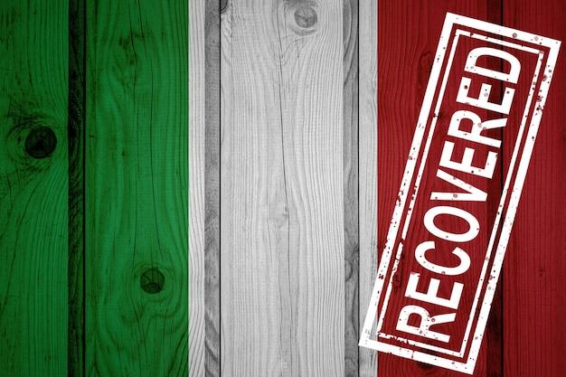Bandiera dell'italia sopravvissuta o guarita dalle infezioni dell'epidemia di virus corona o coronavirus. bandiera grunge con timbro recuperato