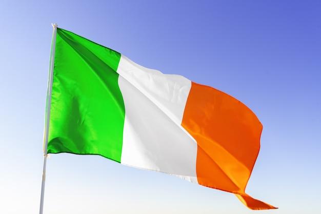 Bandiera d'italia sventola contro il cielo blu chiaro