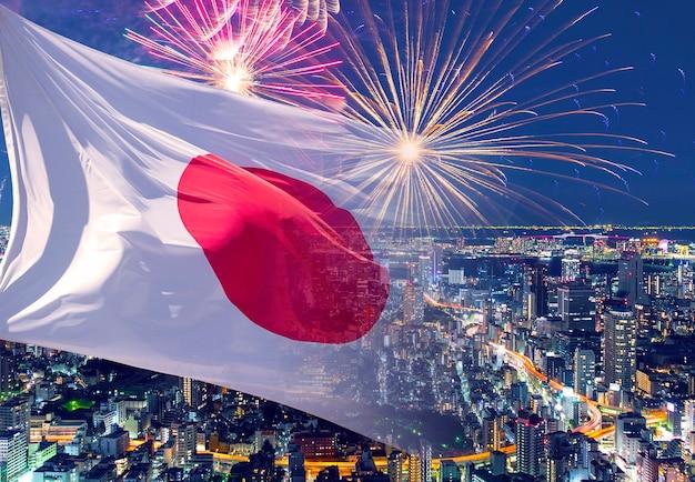 Bandiera del giappone e fuochi d'artificio, foto di concetto sul giorno dell'indipendenza, il compleanno dell'imperatore, il giorno della fondazione nazionale, il nuovo anno