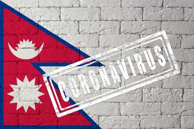 Bandiera del nepal con proporzioni originali. timbrato di coronavirus. struttura del muro di mattoni. concetto di virus corona. sull'orlo di una pandemia di covid-19 o 2019-ncov.