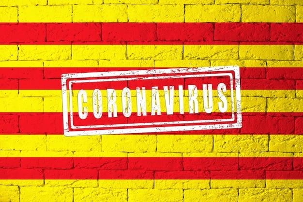 Bandiera delle regioni o comunità della spagna catalogna con proporzioni originali. timbrato di coronavirus. struttura del muro di mattoni. concetto di virus corona. sull'orlo di una pandemia di covid-19 o 2019-ncov.