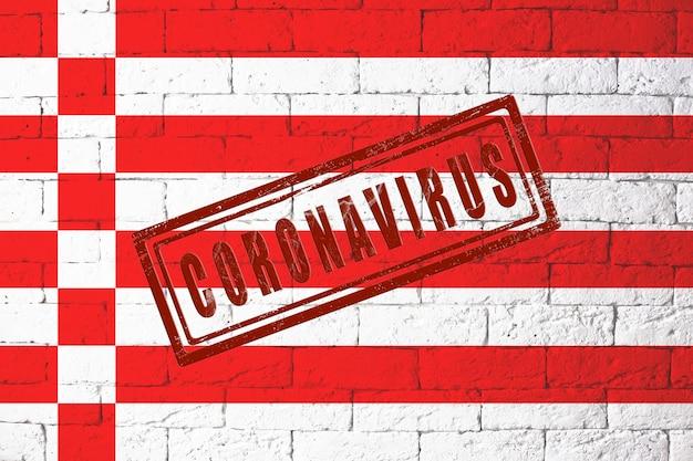 Bandiera delle regioni della germania brema con proporzioni originali. timbrato di coronavirus. struttura del muro di mattoni. concetto di virus corona. sull'orlo di una pandemia di covid-19 o 2019-ncov.