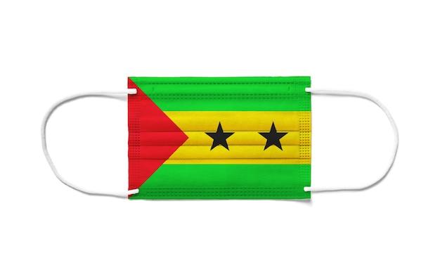 Bandiera di sao tome e principe su una mascherina chirurgica usa e getta.