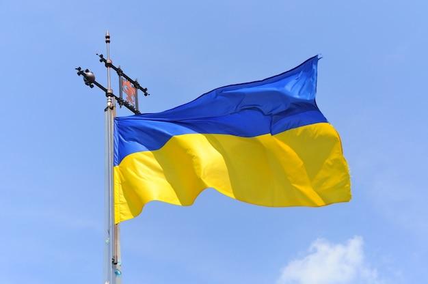 Bandiera dell'ucraina con l'emblema di leopoli