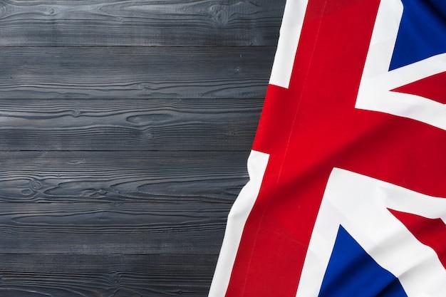 Bandiera del regno unito su sfondo di legno, copia dello spazio