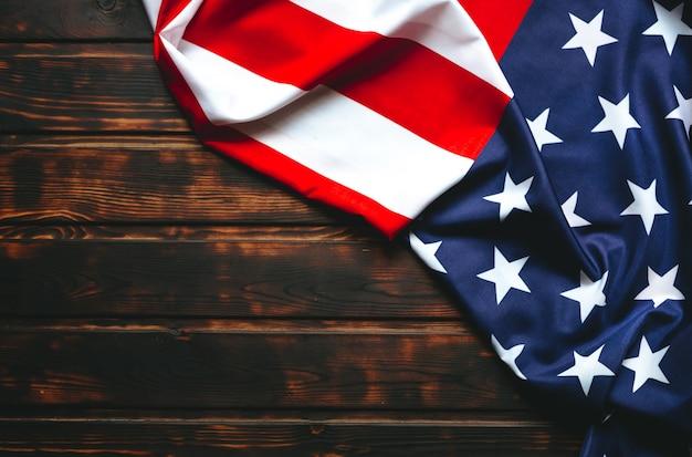 Bandiera degli stati uniti sul tavolo scuro in legno marrone. copia spazio.