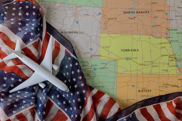 Bandiera degli stati uniti, concetto di viaggio usa con modello di aeroplano sulla mappa degli stati uniti