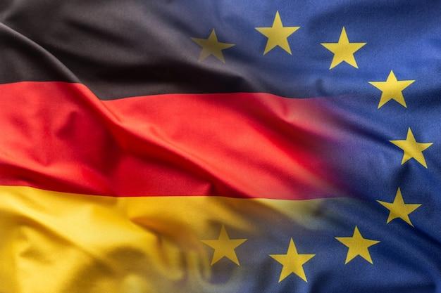 Bandiere della germania e dell'ue al vento.