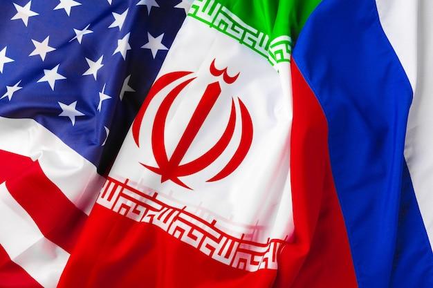 Bandiere di iran, stati uniti e russia insieme