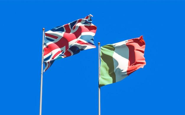 Bandiere dell'italia e del regno unito britannico sul cielo blu. grafica 3d