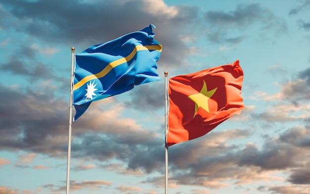 Bandiere di nauru e vietnam sullo sfondo del cielo