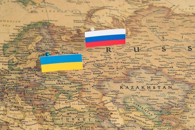 Bandiere della russia e dell'ucraina sulla mappa del mondo politica e differenze politiche dell'ordine mondiale