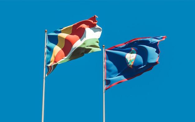 Bandiere delle seychelles e guam sullo sfondo del cielo