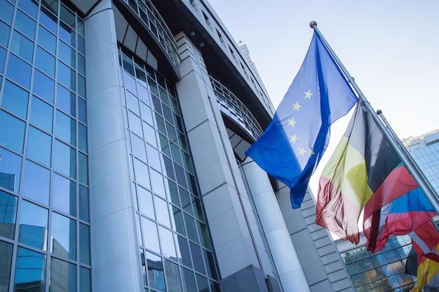 Bandiere con il parlamento europeo a bruxelles, in belgio