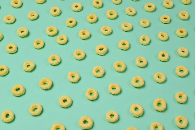 Fiocchi su sfondo verde. modello.