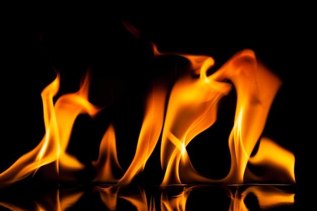 Movimento di fuoco di fiamma su sfondo nero.