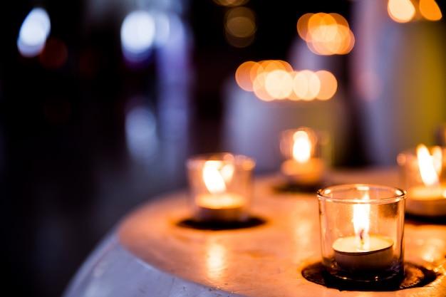 Fiamma di molte candele accese