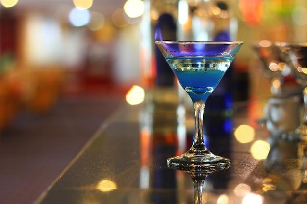 Sfondo di bevande mocktail blu fiammeggiante