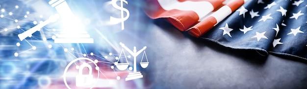 Sventola bandiera usa con onda. bandiera americana per il memorial day o il 4 luglio. primo piano della bandiera americana su sfondo scuro