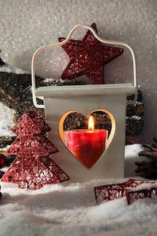 Luce flash e decorazioni natalizie su sfondo chiaro