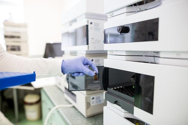 Boccette con liquidi in un laboratorio, fabbrica di industria farmaceutica e laboratorio di produzione, concetto di chimica