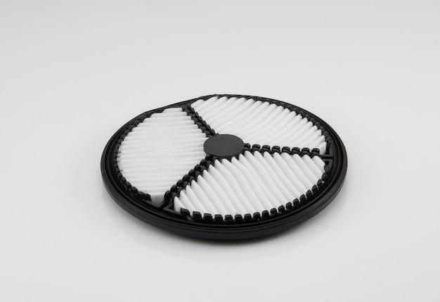 Filtro automobilistico piatto di forma rotonda su sfondo bianco