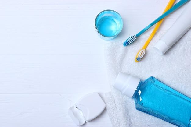 Composizione piatta per l'igiene orale e posto per il testo su uno sfondo chiaro