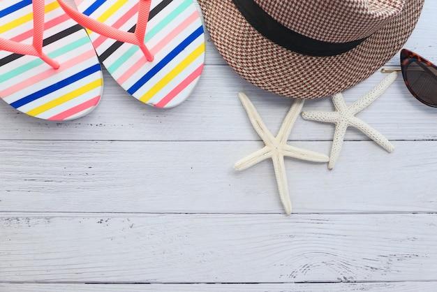 Composizione piatta di accessori da spiaggia estate sul tavolo.
