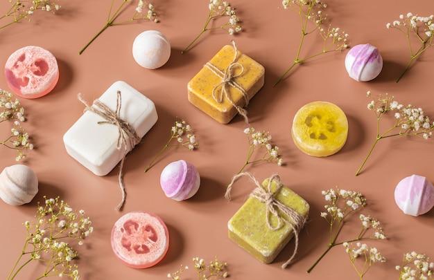 Composizione piatta con prodotti cosmetici su una parete colorata. posto per il testo