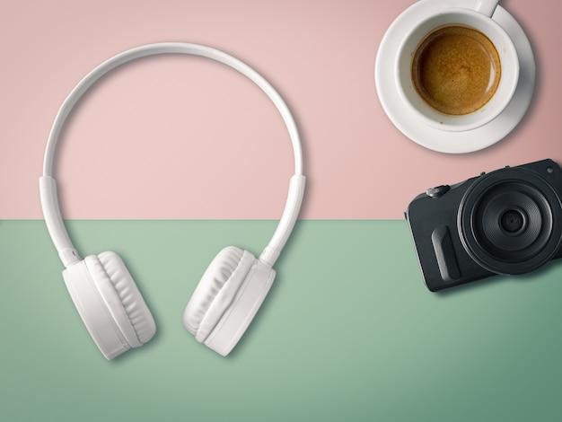 Piatto della tazza e della macchina fotografica di caffè della cuffia nel concetto di rilassamento e di svago.