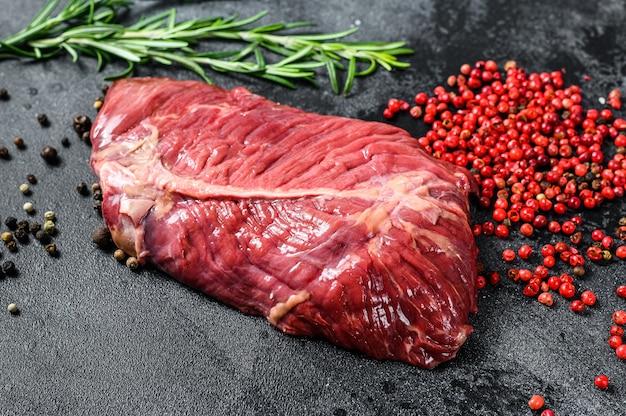 Bistecca di ferro piatto carne cruda di manzo marmorizzata