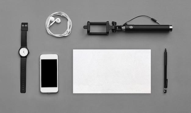 Lay piatto di accessori sulla scrivania grigia sullo sfondo del viaggiatore, concetto di viaggio.