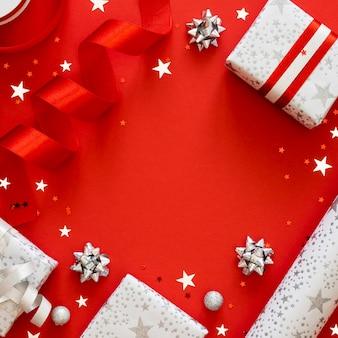 Disposizione piatta di regali avvolti festivi con spazio di copia