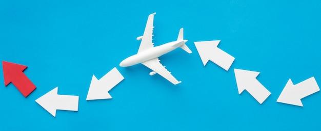 Disposizione piana delle frecce con l'aeroplano Foto Premium