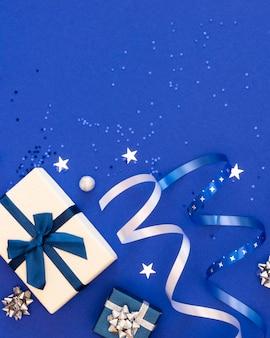 Assortimento piatto laico di regali avvolti festivi con spazio di copia