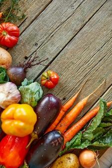 Piatto disteso di assortimento di verdure fresche, cibo biologico sano e biologico su fondo in legno, stile mercato di campagna, prodotti dell'orto, cibo vegetariano dietetico, alimentazione pulita.